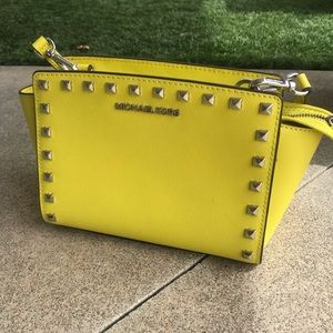 STUNNING NEON YELLOW MICHAEL KORS PURSE!